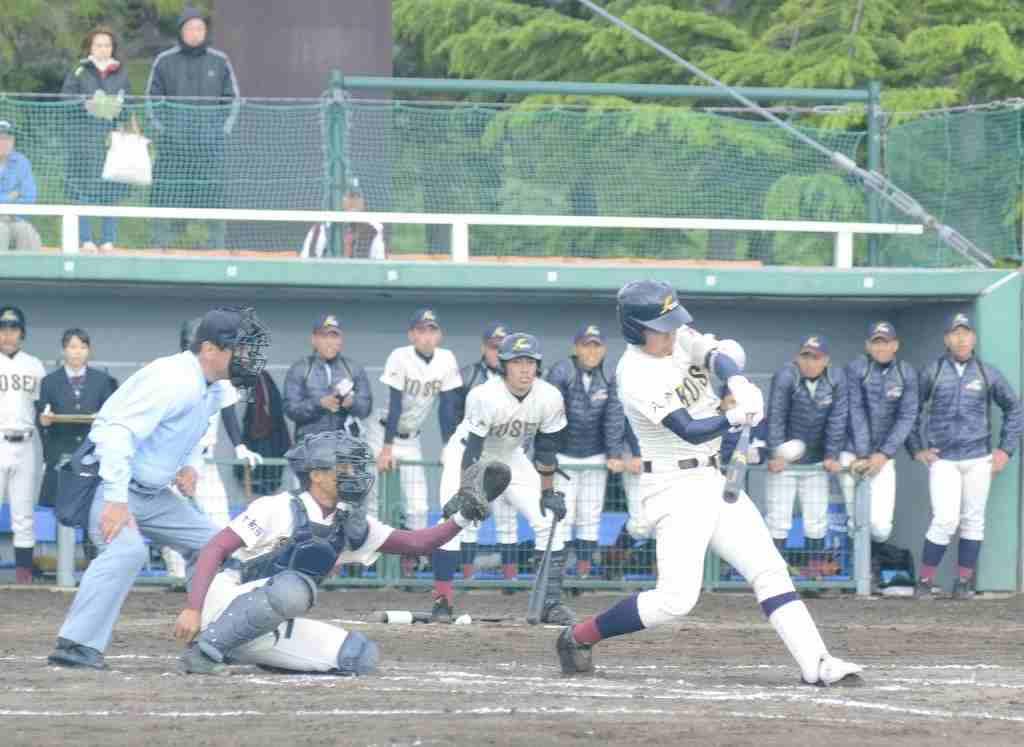 【八学光星―三本木】2回八学光星無死一、三塁、小川佳斗が右中間に2点適時二塁打を放ち、4―0とする。捕手林俊輝=黒石市営