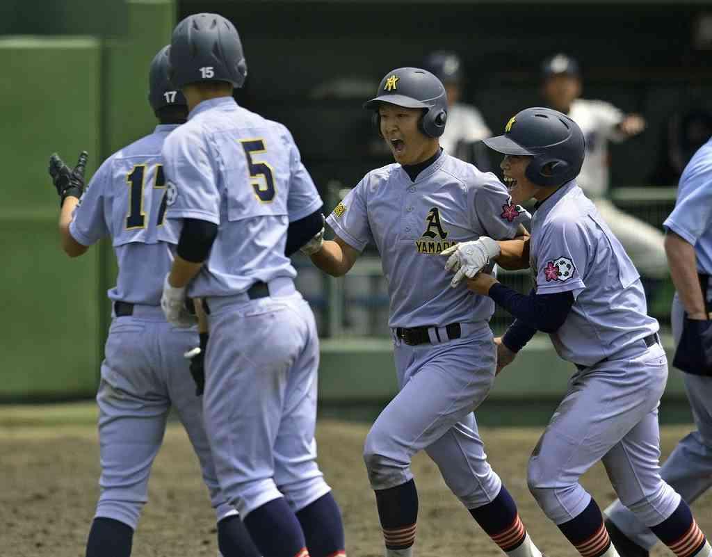 【弘学聖愛―青森山田】5回青森山田1死満塁、内山昂思(右から2人目)が左越えに本塁打を放ち、チームメートに迎えられる