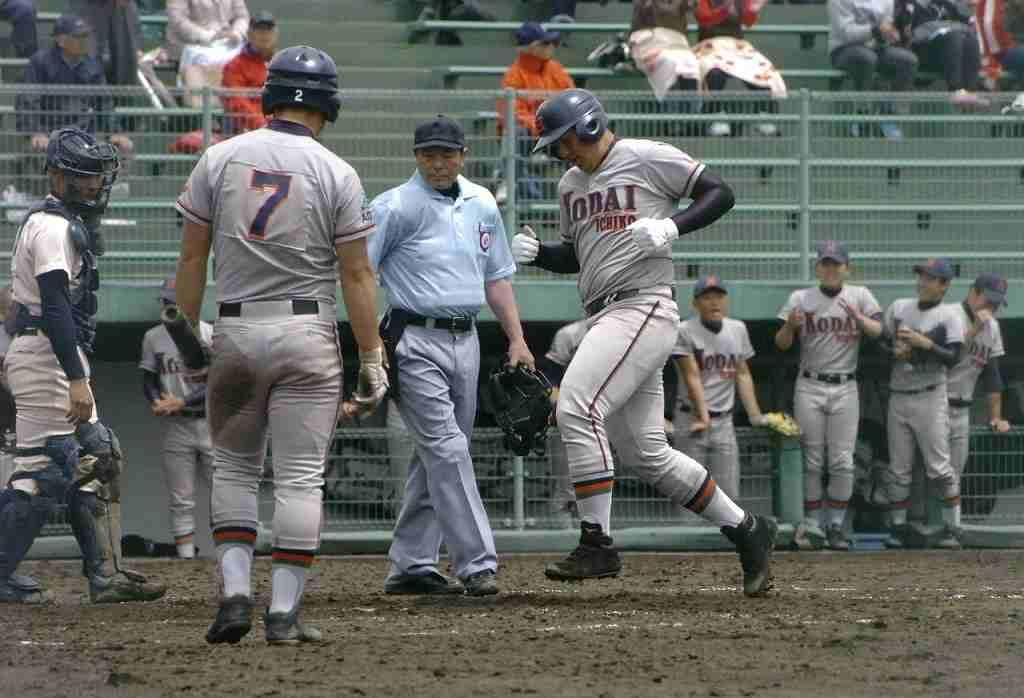 【工大一―弘前工】10回工大一1死二塁、左越えに2点本塁打を放った井上貴喜(右)がホームインし、3―1とする=県営