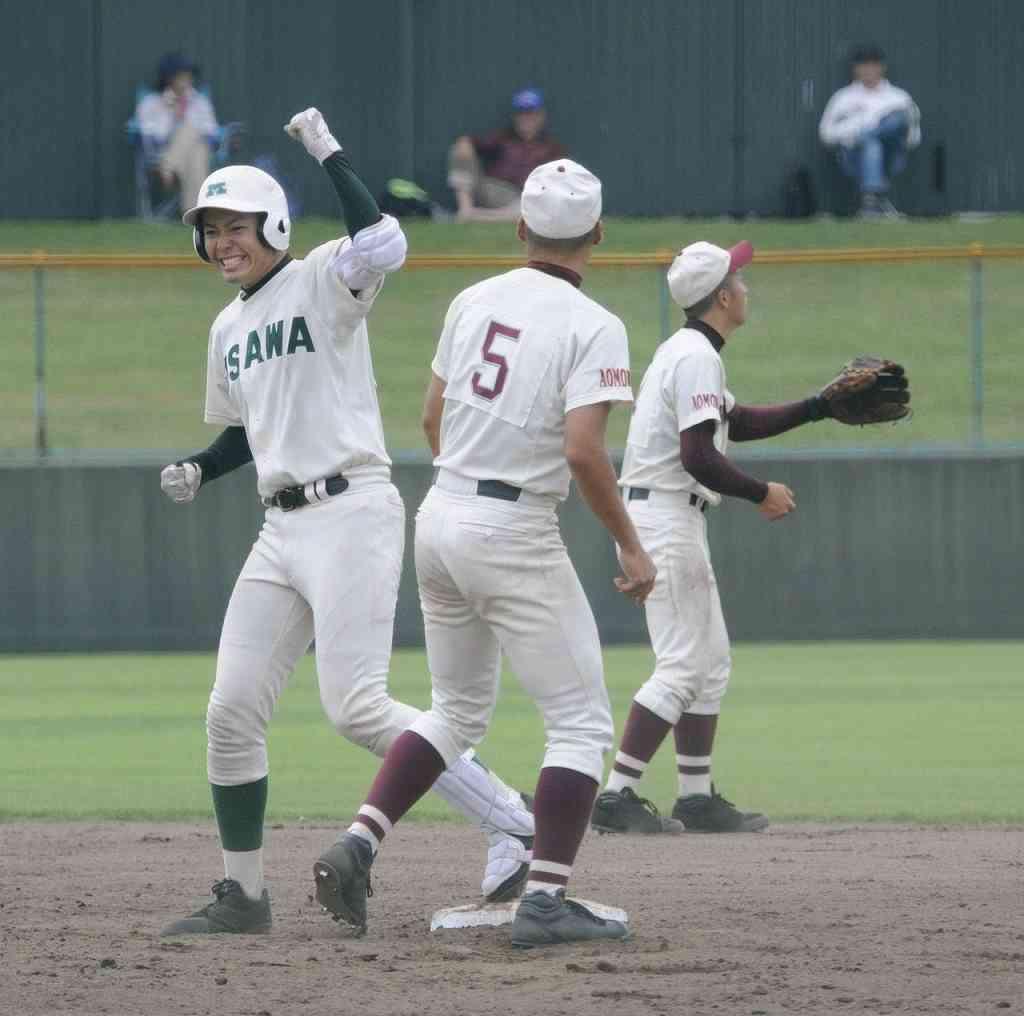 【浪岡―三沢】4回三沢2死二、三塁、逆転の中越え2点二塁打を放ち、喜ぶ駒沢和樹(左)=弘前はるか夢