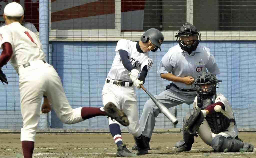 【むつ工―三本木】3回むつ工1死二塁、藤田紫曜が先制につながる左前打を放つ=青森市営