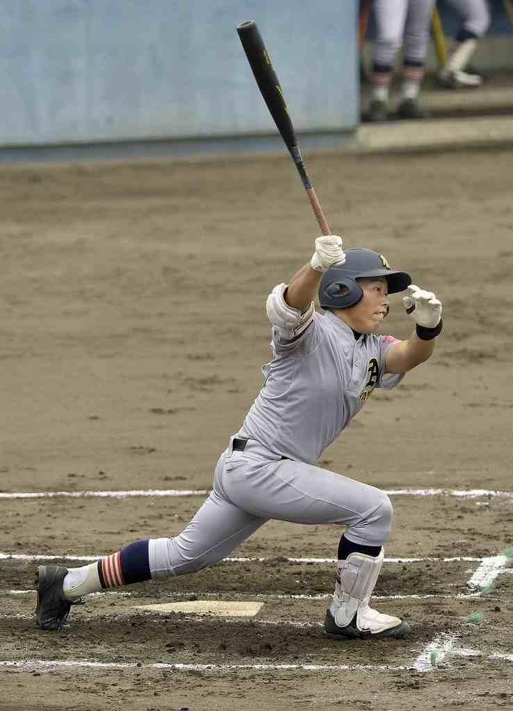 【弘前―青森山田】1回青森山田1死一、三塁、岡田元気が右越えに先制の2点二塁打を放つ=青森市営