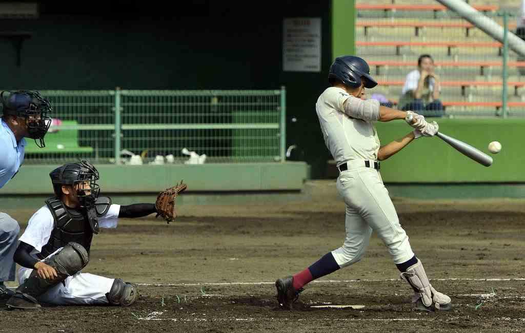 【大間―八学光星】2回八学光星1死三塁、新井勝貴が右前に先制の適時打を放つ。捕手駒井颯汰=長根