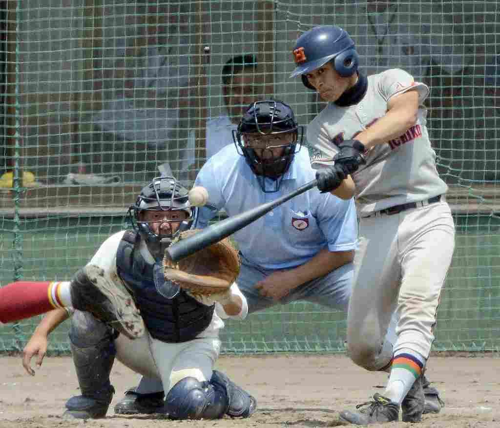 【工大一―弘前実】5回工大一1死二、三塁、円子湧士が中越えに2点三塁打を放ち、11―2とリードを広げる=六戸メイプル