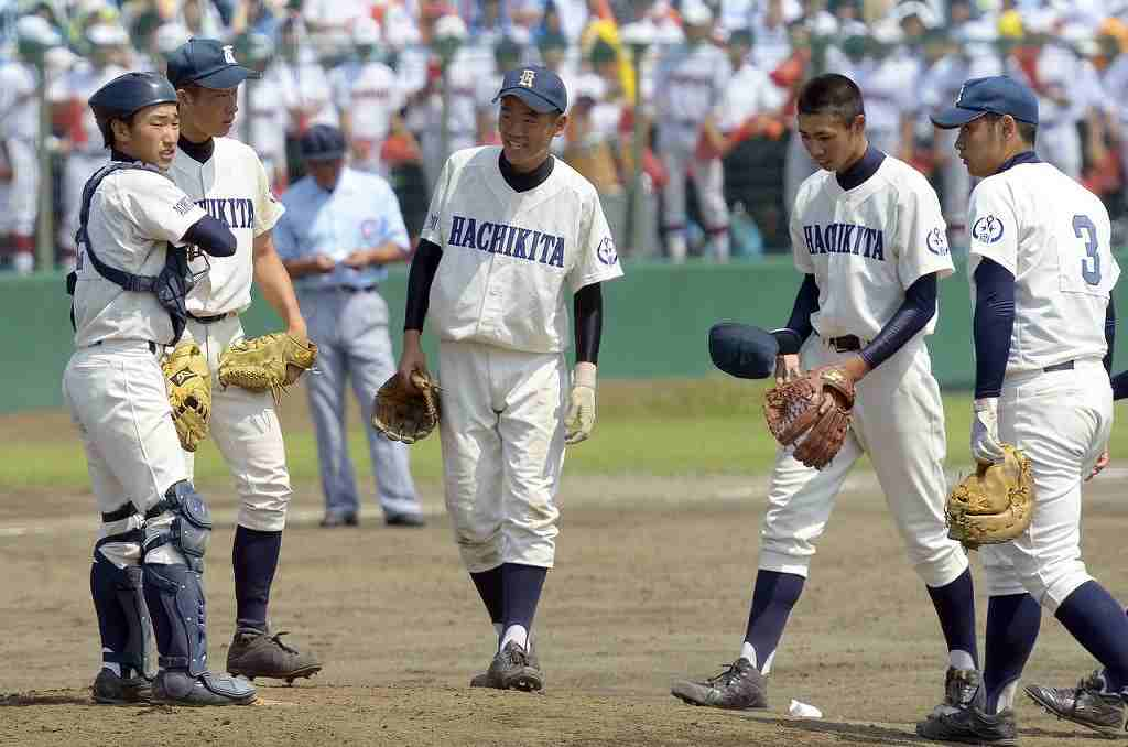【八戸北―青森】5回青森無死一塁の場面で、マウンドに集まる八戸北ナイン=六戸メイプル