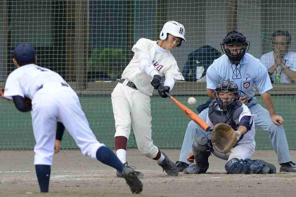 【田名部―八戸】4回八戸無死一、二塁、冬木翔が右中間に適時二塁打を放ち、5―5に追い付く。捕手村口海斗=六戸メイプル