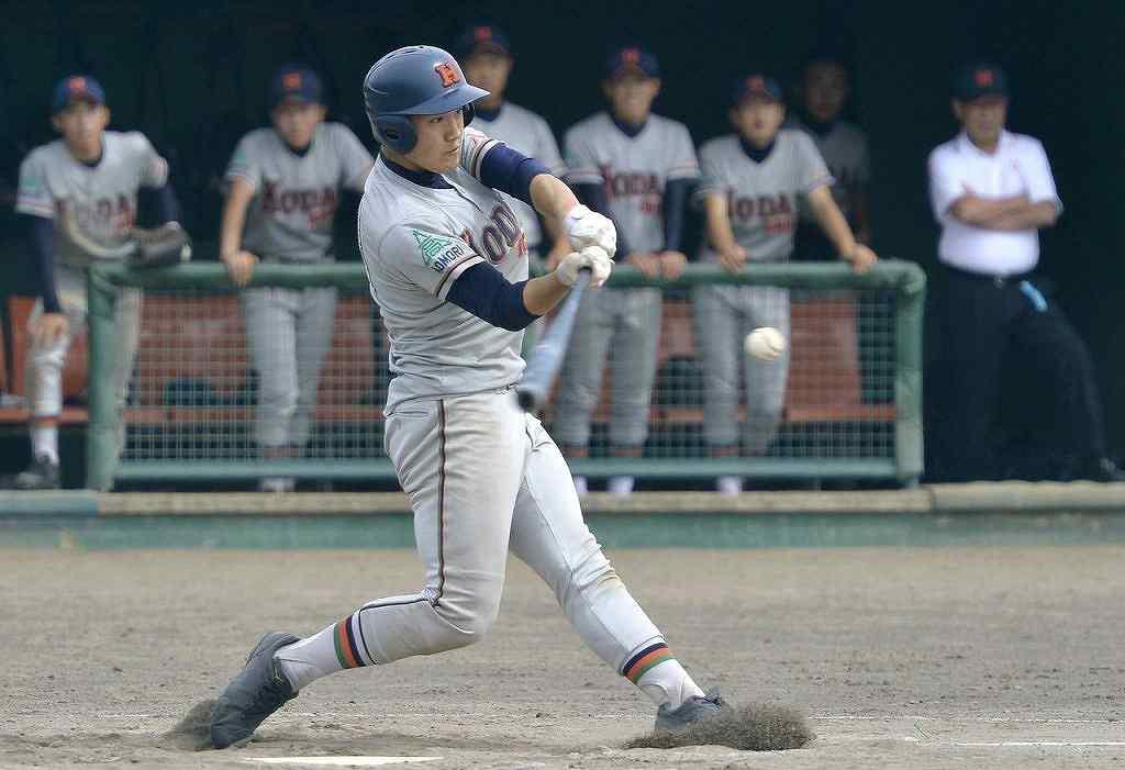 【工大一―三沢商】8回工大一2死二塁、渡邊駿介が左越え適時二塁打を放ち4―1と突き放す=六戸メイプル