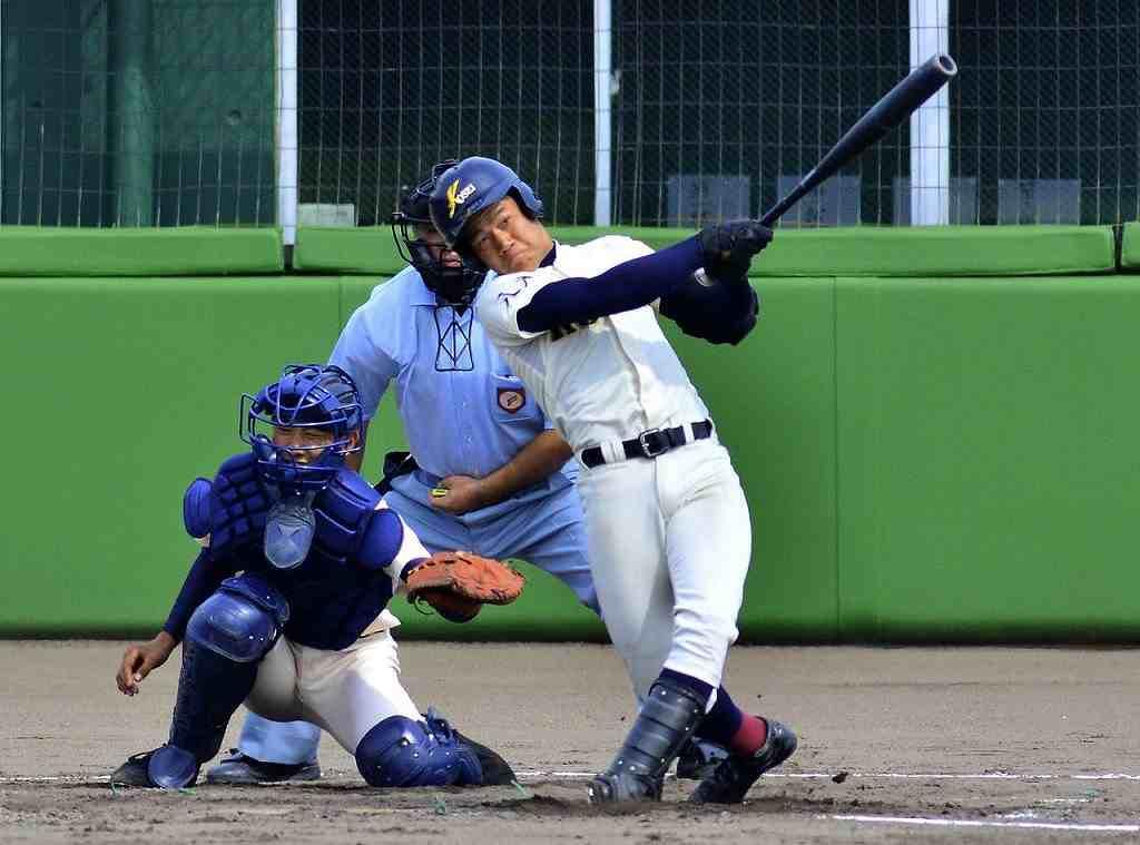 【弘前工―八学光星】3回八学光星1死、新井勝寛が左翼場外へ本塁打を放ち、2-0とする=長根