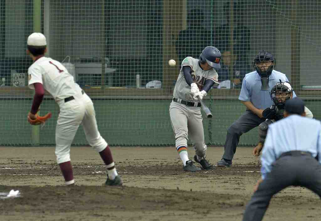 【浪岡―工大一】3回工大一無死一塁、舘坂佳樹が右中間を破る適時三塁打を放ち、6―0とする=六戸メイプル