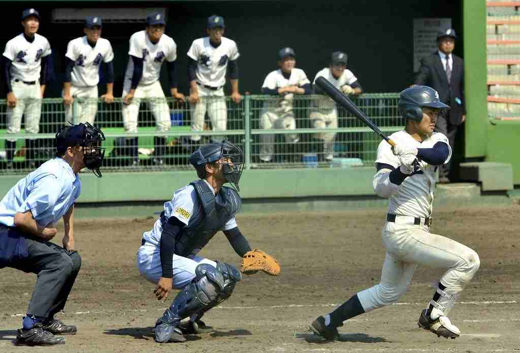 【弘学聖愛―青森山田】8回聖愛2死一、三塁、佐藤翔平が一塁強襲の適時打を放ち、9―3とする