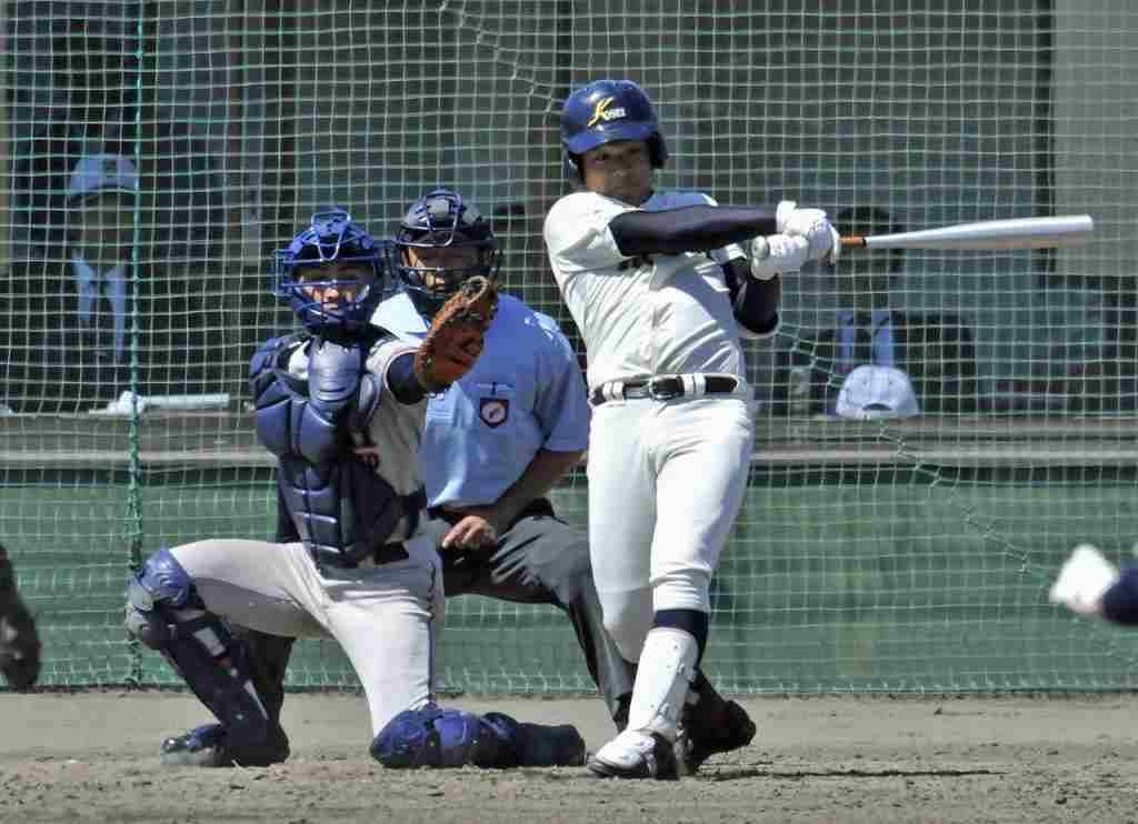 【工大一―八学光星】5回光星無死二塁、中川優が左越えに2点本塁打を放ち、3―0とする=六戸メイプル