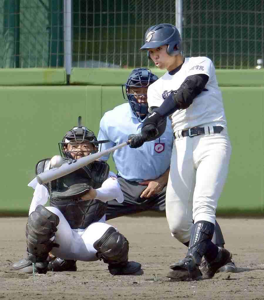 【青森―弘学聖愛】8回聖愛1死一、二塁、山下弘暉が左越えに適時二塁打を放ち、3―2と勝ち越す