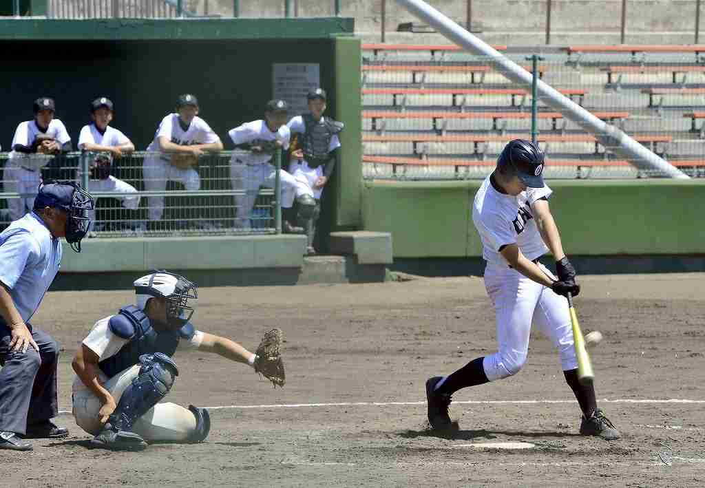 【東義―大間】3回大間2死二塁、竹内翼が右中間に適時二塁打を放つ=長根