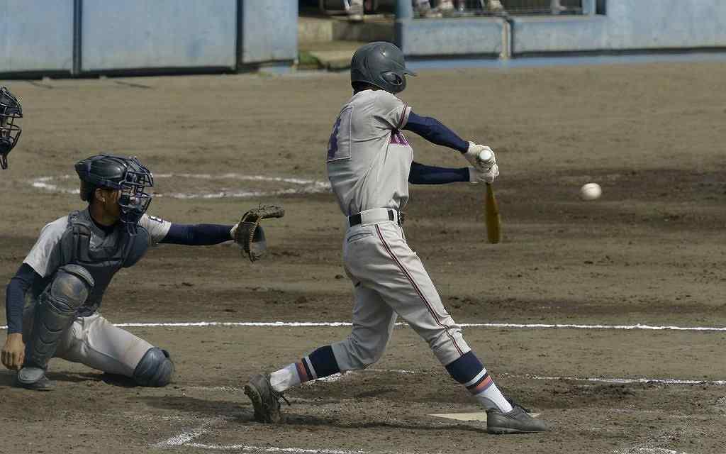 【工大二―五所工】3回工大二2死一、三塁、太内田知翔斗が左翼へ適時二塁打を放ち、1―2と追い上げる=青森市営