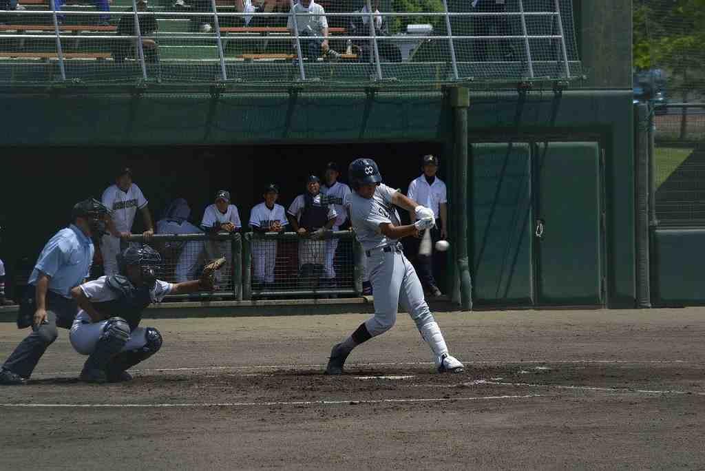 【百石―八学野西】1回野西2死一塁、向井洸雅が中越えに二塁打を放ち先制する=メイプル
