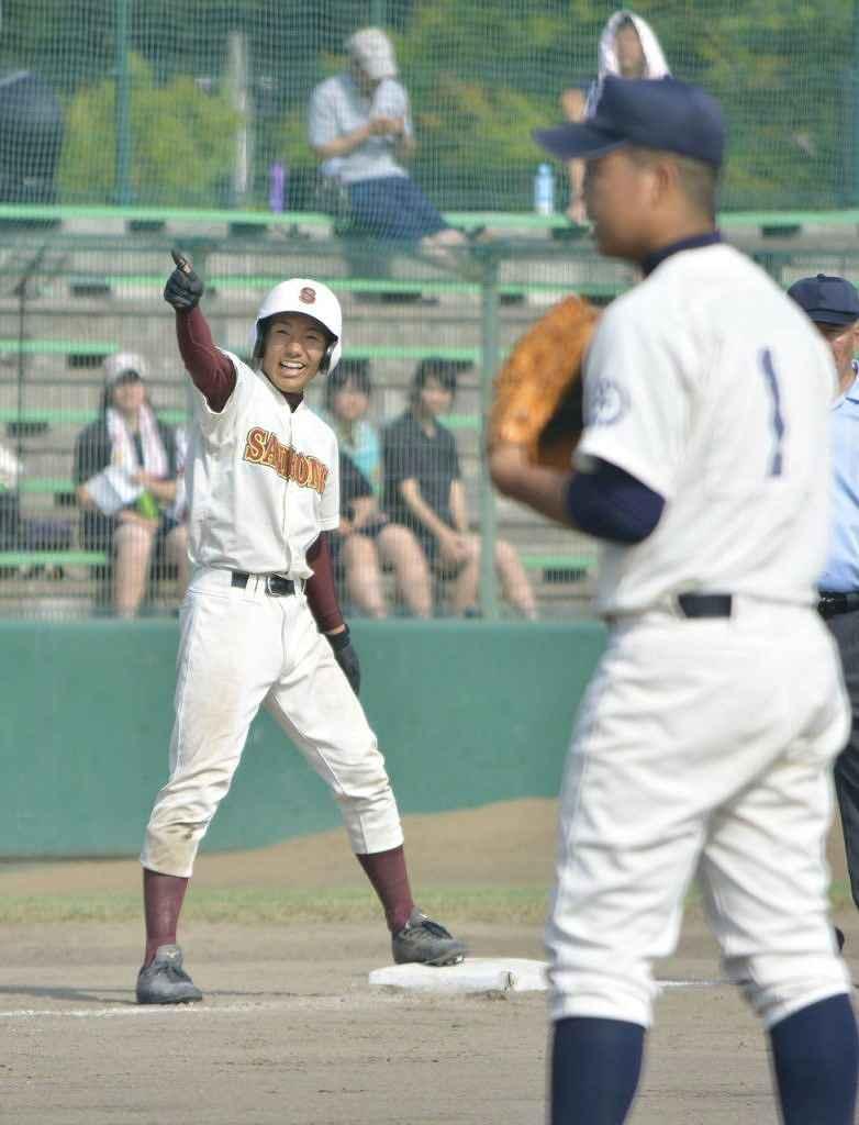 【八戸北―三本木】7回三本木1死一塁、逆転となる三塁打を放ち、塁上で笑顔を見せる田中和樹=メイプル