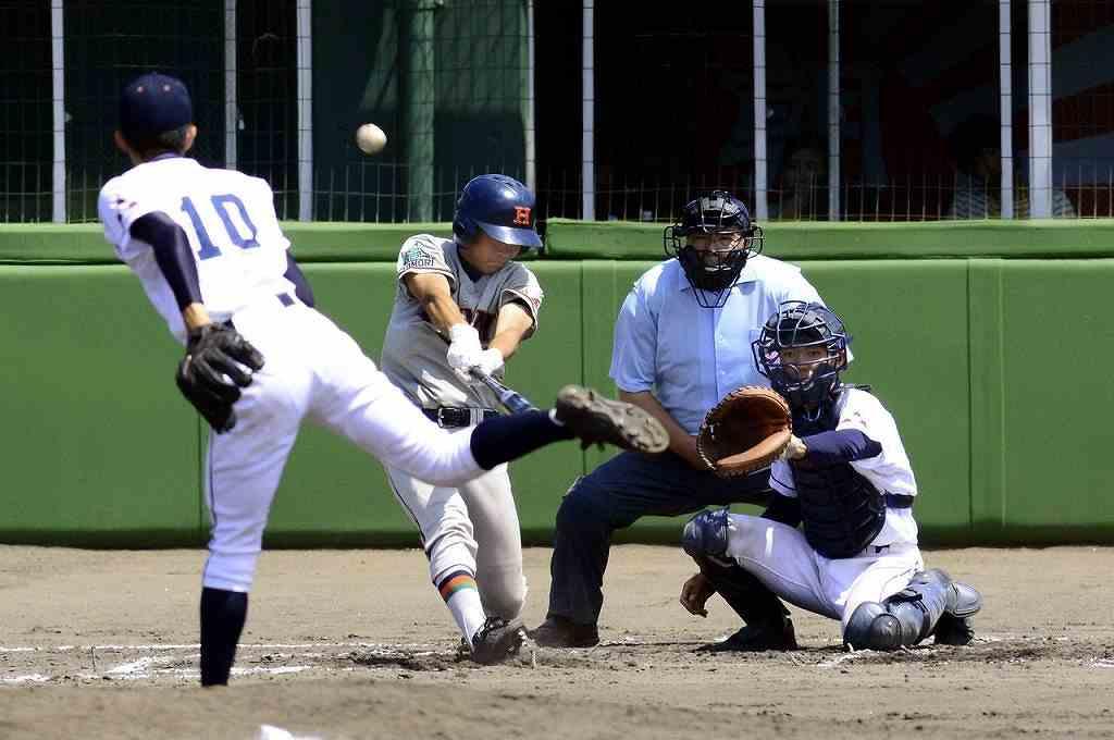 【工大一―青森西】7回工大一1死一塁、舘坂佳樹が右越えに三塁打を放ち、2―1と勝ち越す=長根