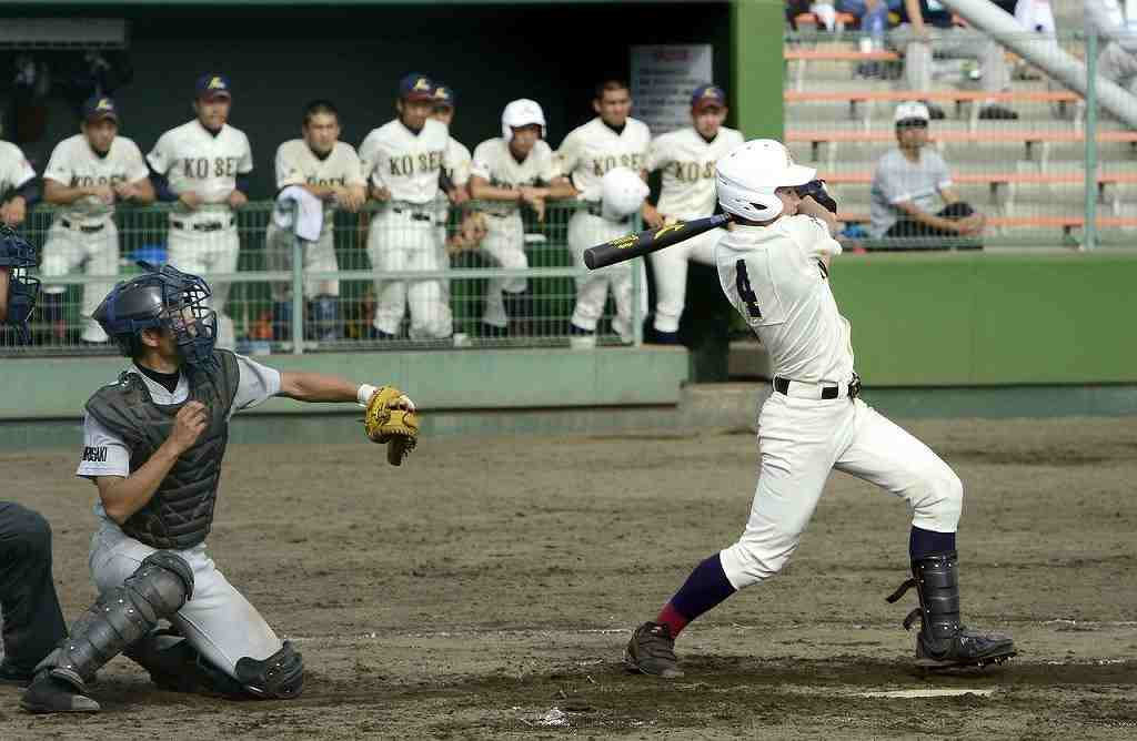 【八学光星―弘前東】7回光星1死三塁、中崎寿希也の中前適時打で3―2と勝ち越す=長根