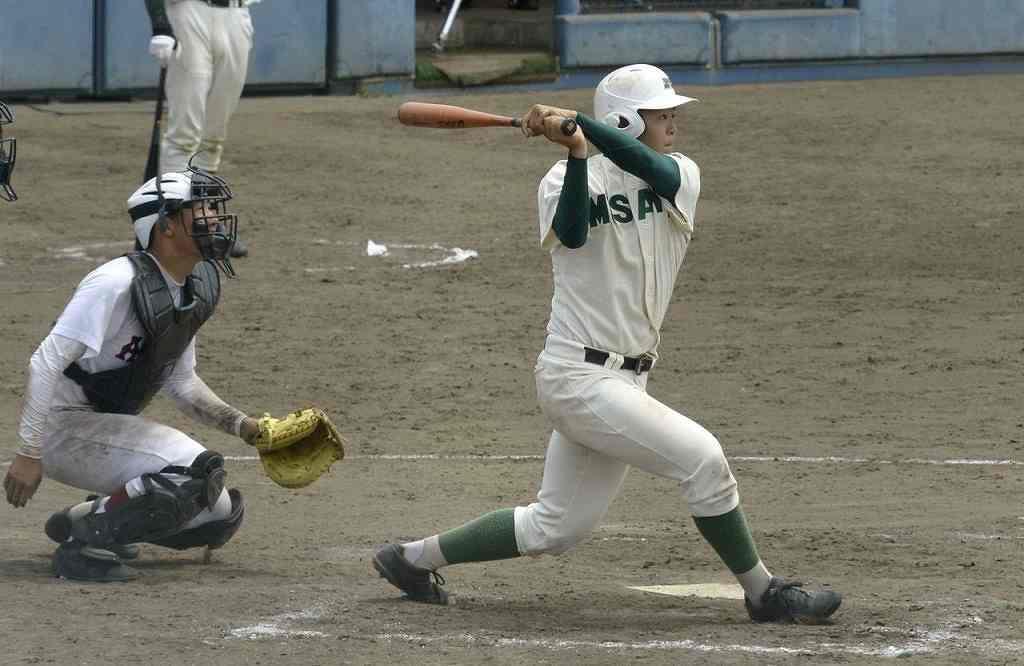 【青森―三沢】9回三沢1死一塁、浪岡凌佑が右中間に2点本塁打を放ち、5―6と追い上げる=青森市営