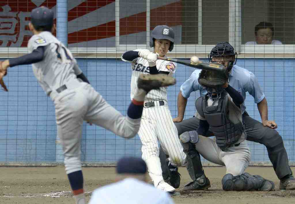 【青森商―五所工】8回青森商1死三塁、相馬勇偉が右越えの適時三塁打を放ち、7―7の同点とする=青森市営