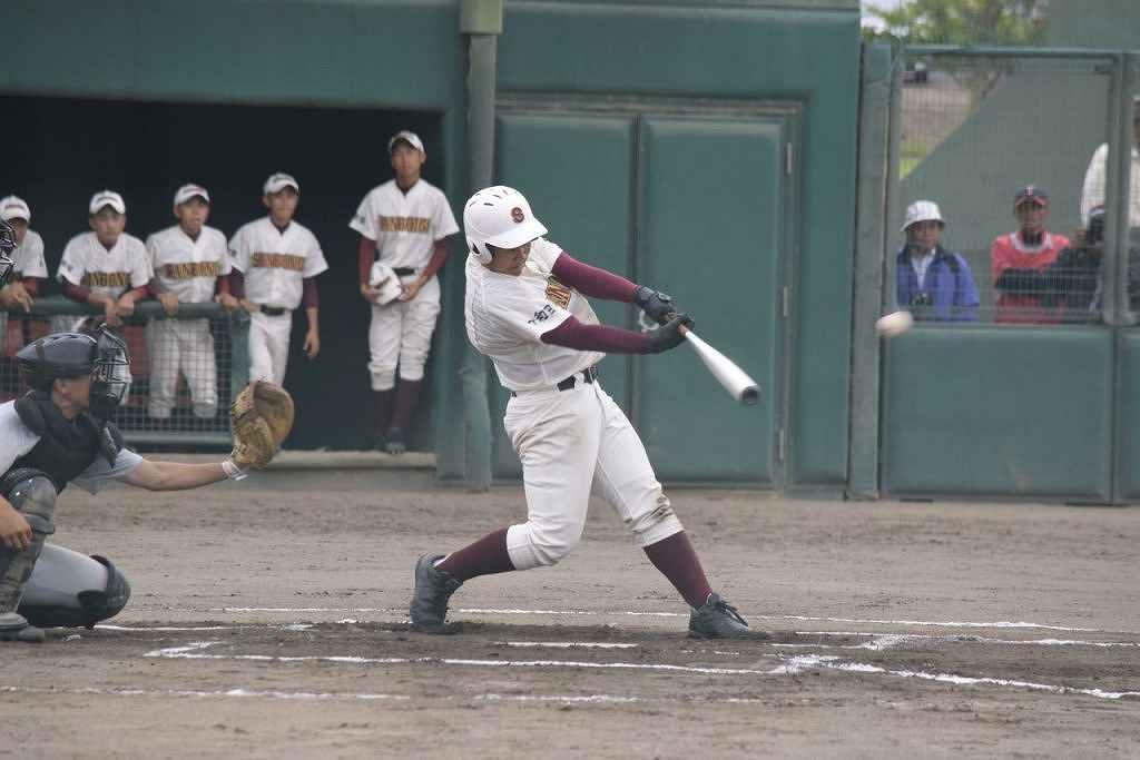 【三本木―八学野西】6回三本木2死二塁、林英治が左中間へ適時二塁打を放ち、6―0と突き放す=メイプル