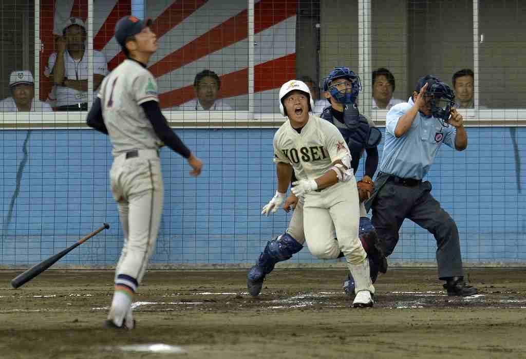【工大一―八学光星】6回光星1死二塁、澤田俊一が左越えに先制の二塁打を放つ。左は打球を見上げる工大一の内沢航大=青森市営
