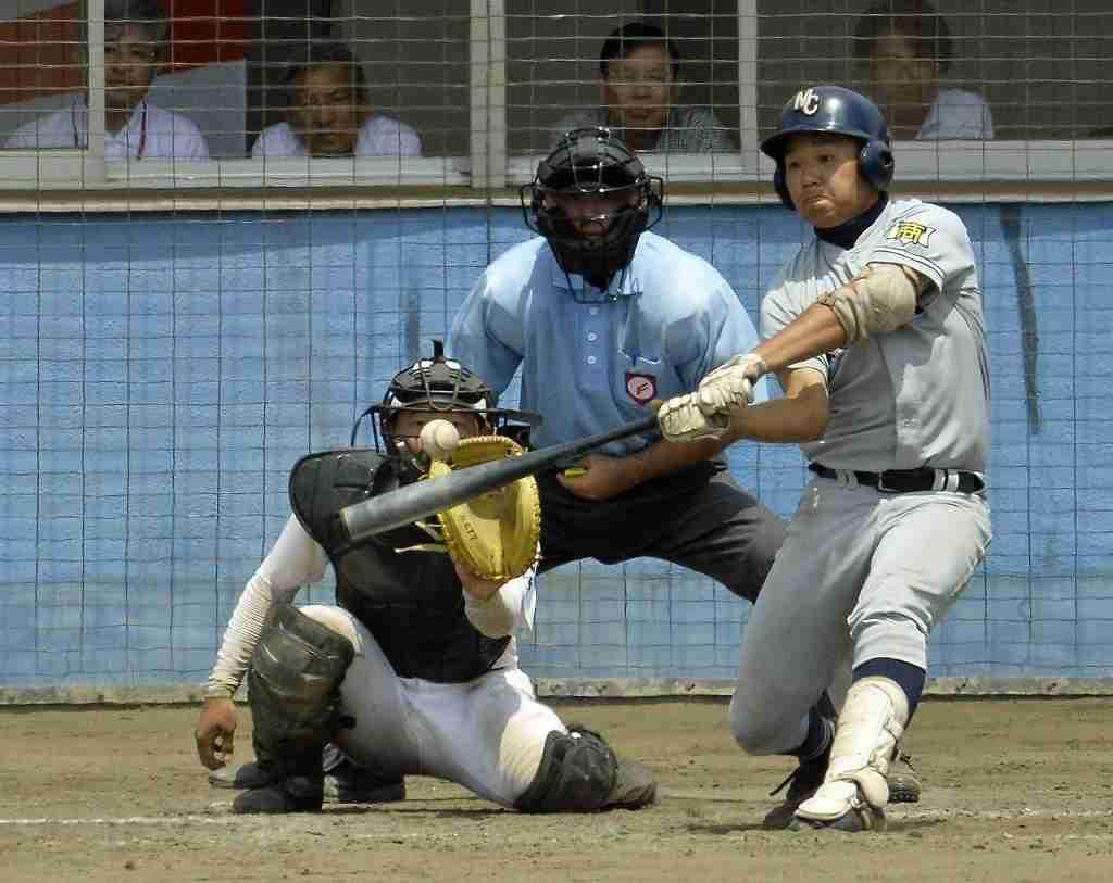 【青森―三沢商】8回三沢商1死一塁、森田亮が左越えに2点本塁打を放ち、7―6と逆転する=青森市営