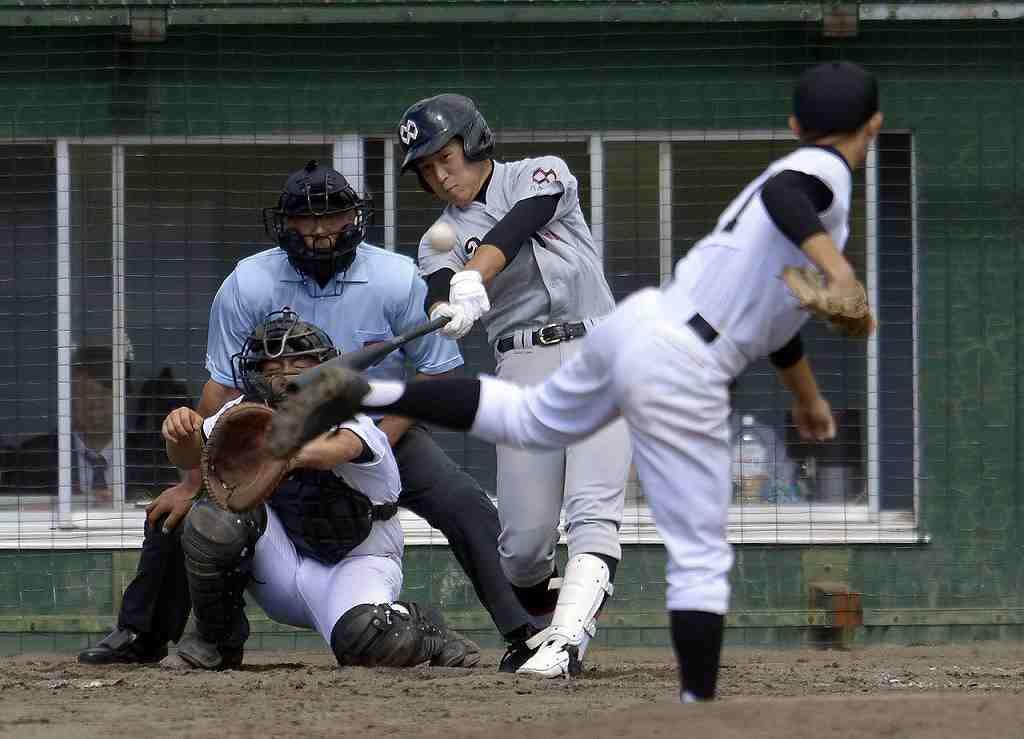 【八学野西―弘前】4回、野西の向井洸雅が左越えにソロ本塁打を放つ=黒石市営