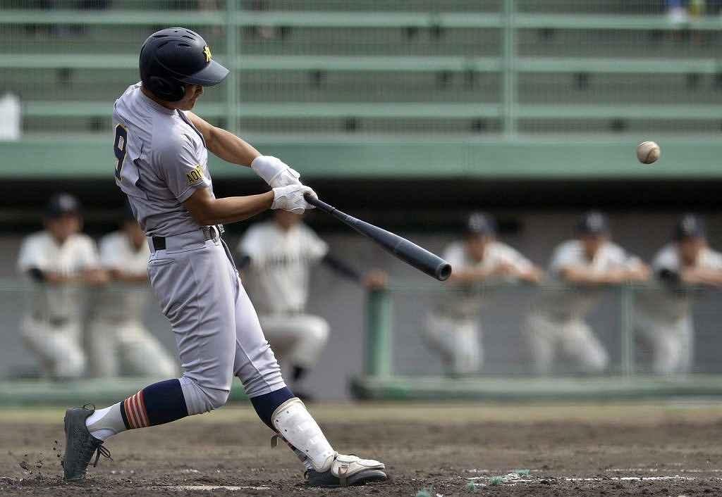 【青森山田―青森北】3回青森山田1死二塁、内山昂思が左中間に三塁打を放ち、先制する