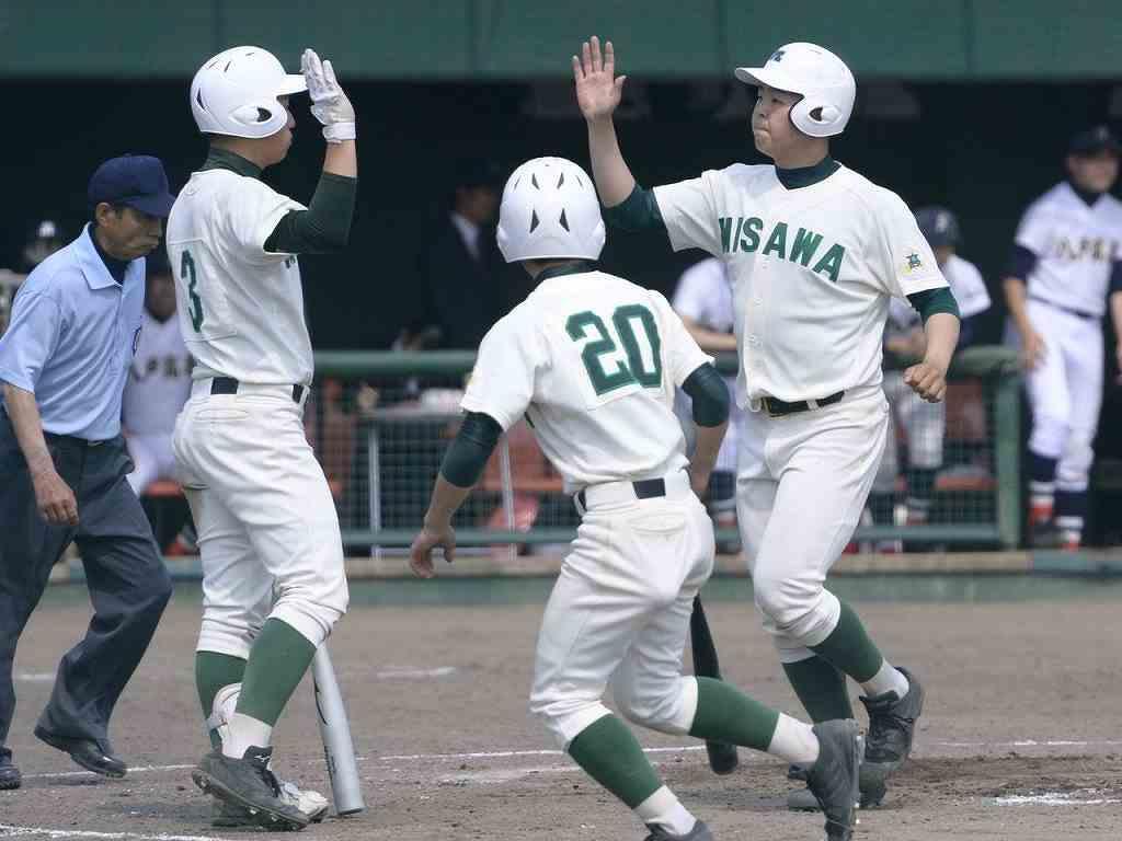 【三沢―八高専】9回三沢1死、中越えにソロ本塁打を放ち、チームメートに迎えられる浪岡凌佑(右)=六戸メイプル