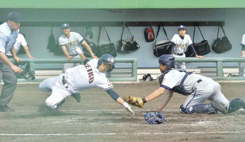 【青森工― 名農】4回、本塁に滑り込む走者(左)にタッチしようとする名農の捕手佐藤慶友=八戸東