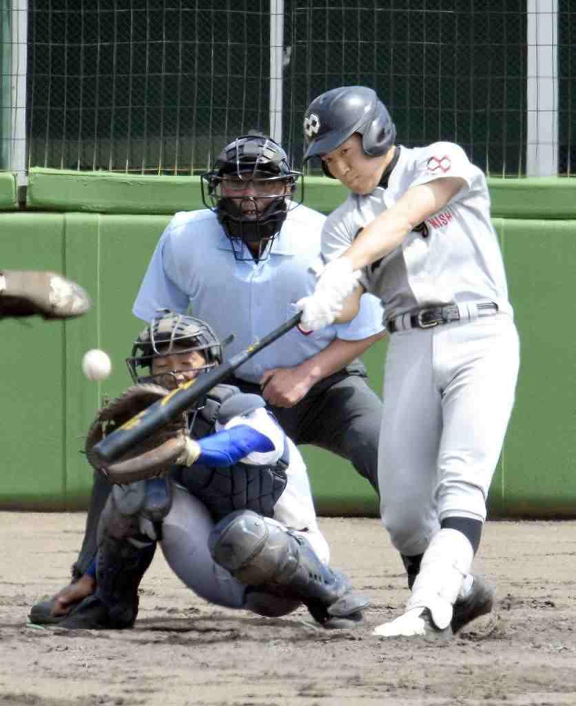 【大湊―八学野西】4回野西無死一塁、向井洸雅が中越えに適時二塁打を放ち、1―7と反撃ののろしを上げる=長根