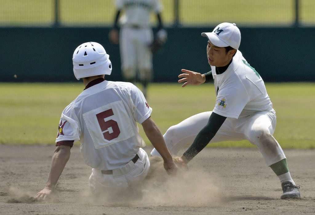 【三沢―五所川原】6回、三沢は捕手北向稜の好送球で二盗を阻止する、右は遊撃手大里丈一郎=六戸メイプル
