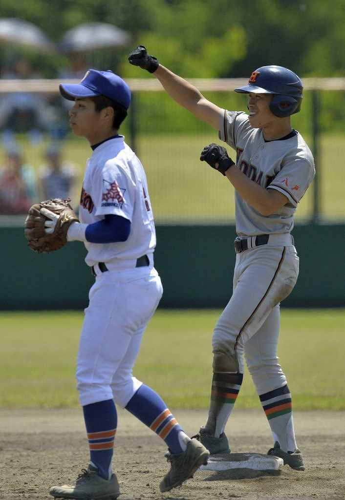 【大湊―工大一】3回、勝ち越し打を放ち塁上でガッツポーズする工大一の高橋佑太=六戸メイプル
