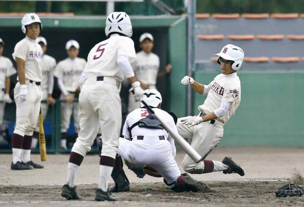 【青森―八戸】3回八戸1死二塁、けん制悪送球で二走木村凛太郎が一気に本塁を狙うが、タッチアウトに=黒石市営