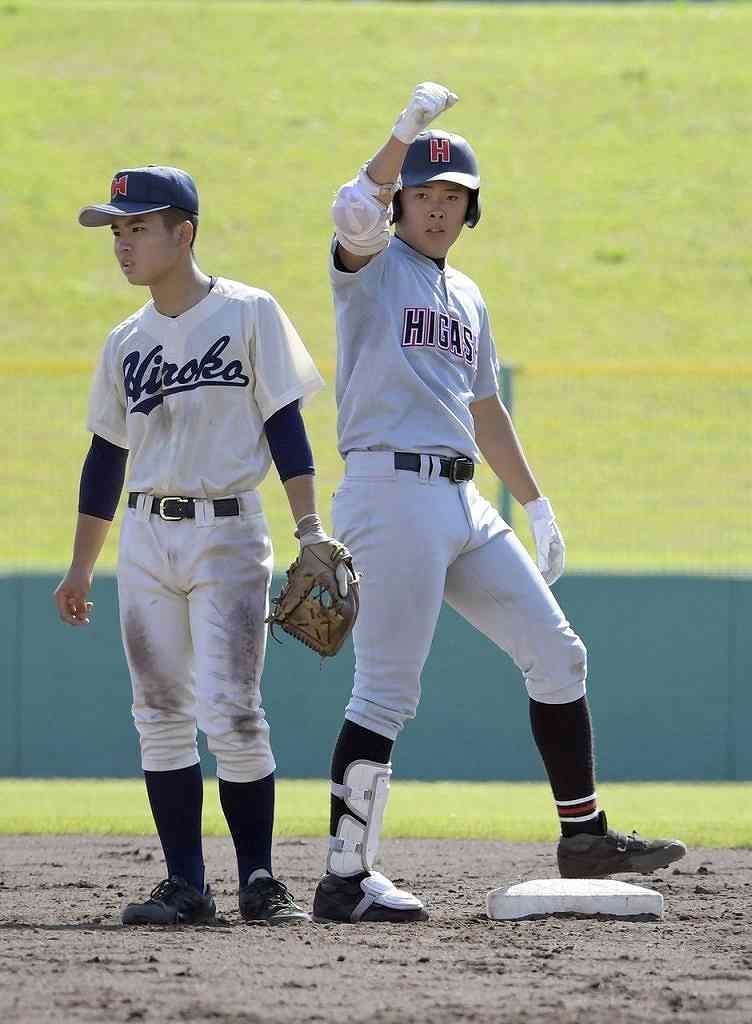 【弘前東―弘前工】4回弘前東1死一塁、鳥谷部慎吾(右)が中越え適時二塁打を放って2―1と勝ち越し、塁上でガッツポーズ