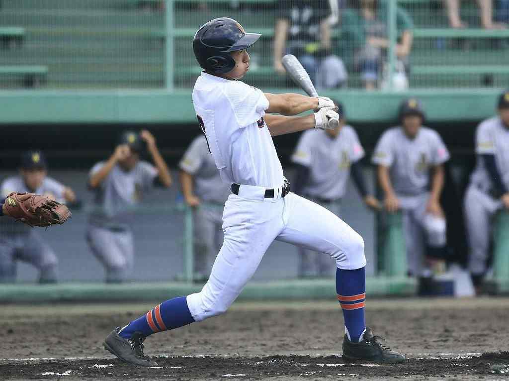【大湊―青森山田】7回大湊、先頭打者の高橋奎伍が中前打を放つ=県営