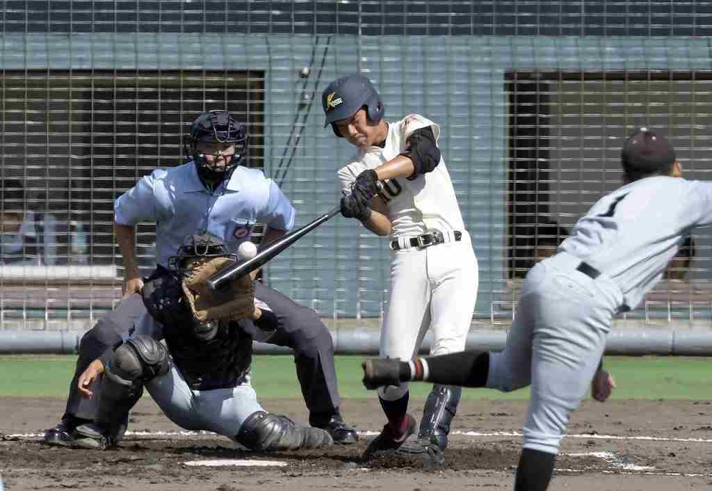 【弘前東―八学光星】2回光星無死二塁、小池智也が左中間を破る適時三塁打を放ち先制する=県営