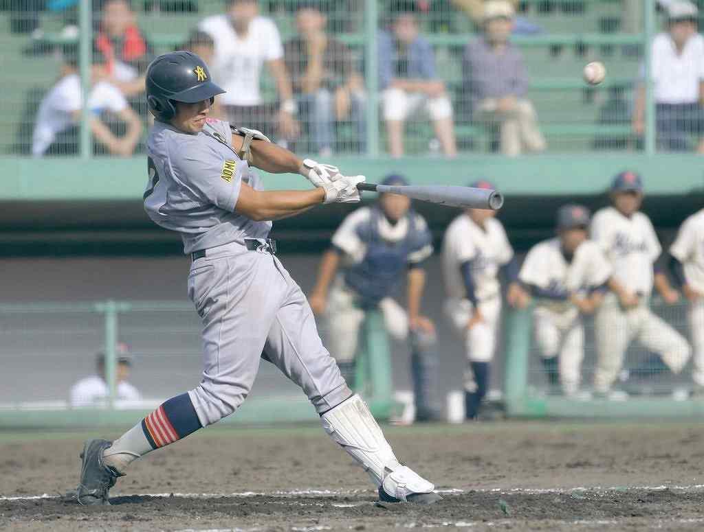 【青森山田―弘前工】9回青森山田無死二塁、中澤樹希也が左越え2点本塁打を放ち6―2とする
