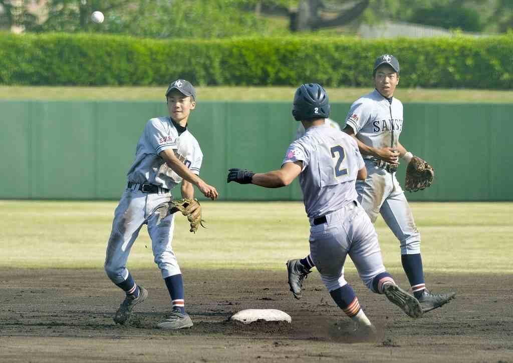 【青森山田―三沢商】2回、三沢商は遊ゴロで二塁封殺後、二塁手蛯名優一(左)が一塁へ送球し、併殺とする=長根