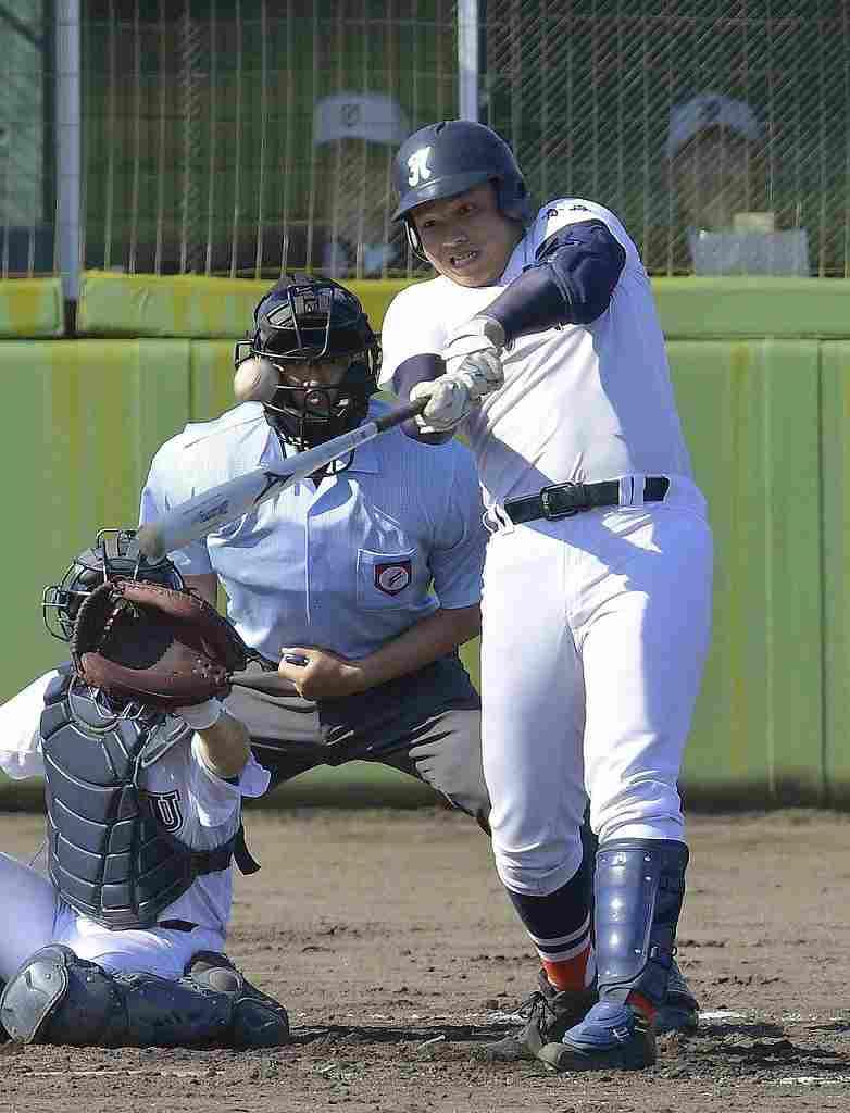 【むつ工―八高専】3回八高専無死満塁、関琢朗が左越え打を放つ=長根