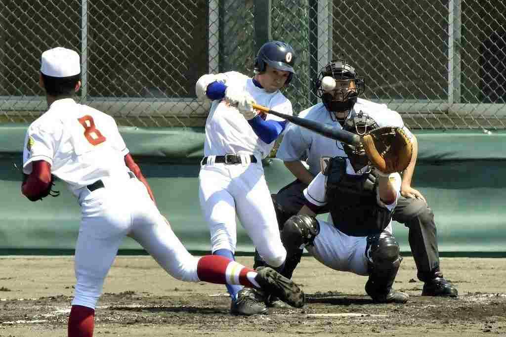 【大湊―五農】大湊2回1死二塁、坂井滉太郎が中越え適時三塁打を放ち、点差を広げる=八戸東