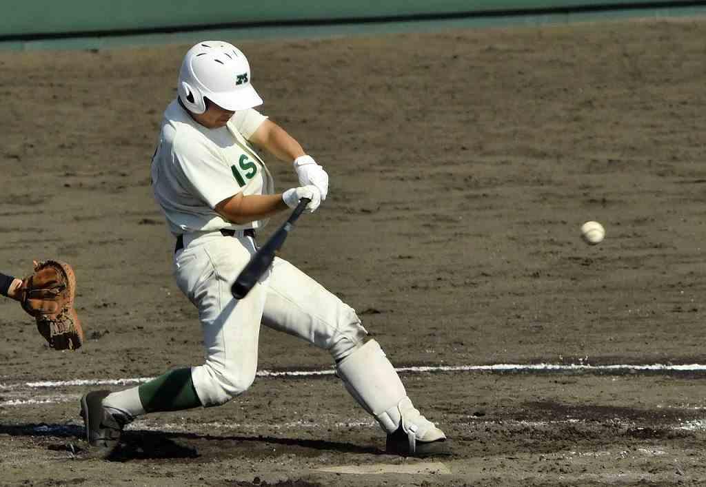 【弘前工―三沢】三沢9回1死一、三塁、大池晃生が左越え2点適時二塁打を放ち、追い上げる=八戸東