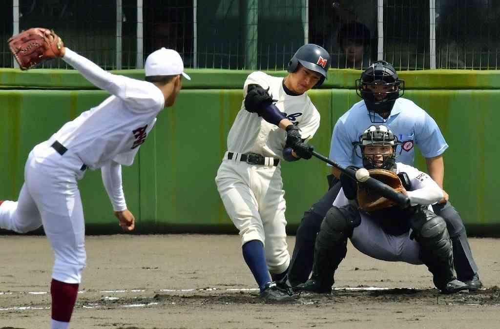 【青森―弘前工】1回弘前工2死、内山功裕の右越え本塁打で先制する=長根