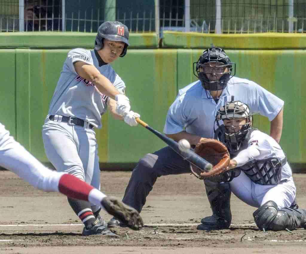 【青森―弘前東】初回弘前東無死一、二塁、桜庭佑希也が右越え本塁打を放ち、3点を追加した