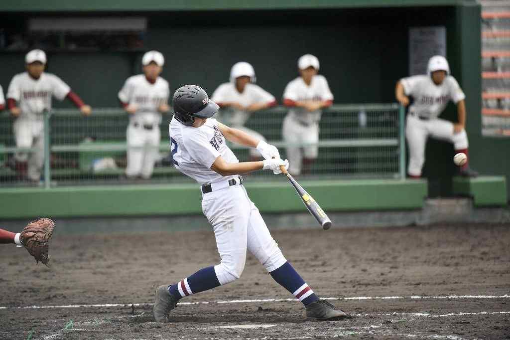 【むつ工―五所川原】8回むつ工2死二塁、代打の駒木根昇馬が右越えの適時二塁打を放ち、4―4の同点とする=長根