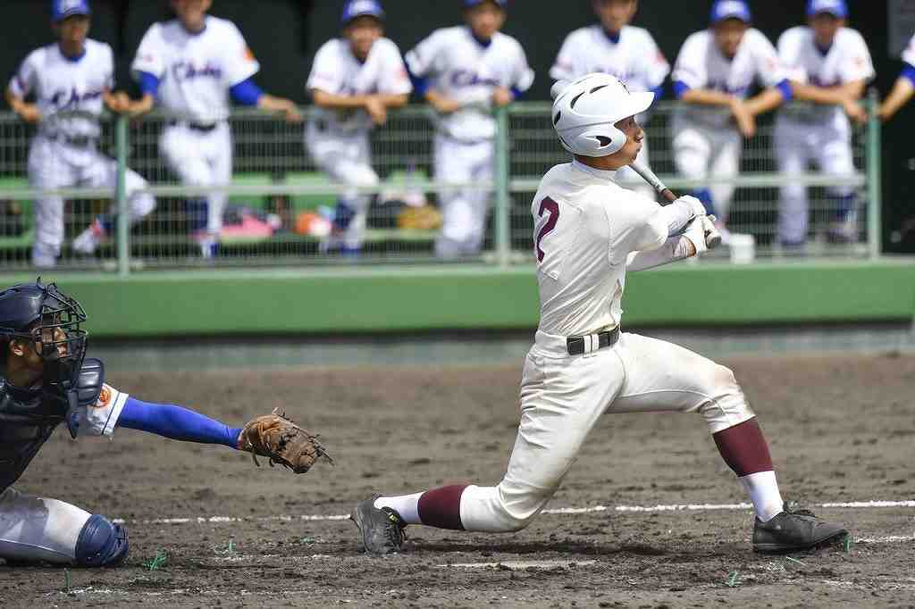 【八戸―青中央】9回八戸2死一、二塁、黄川田拓朗が左中間へ2点適時三塁打を放ち、3―4と追い上げる=長根