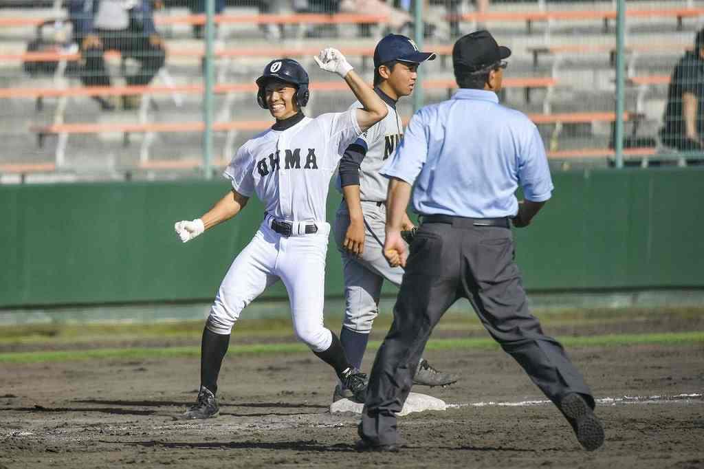 【名農―大間】5回大間1死満塁、鈴木誠起(左)が走者一掃の左越え三塁打を放ち、11―4とする=長根