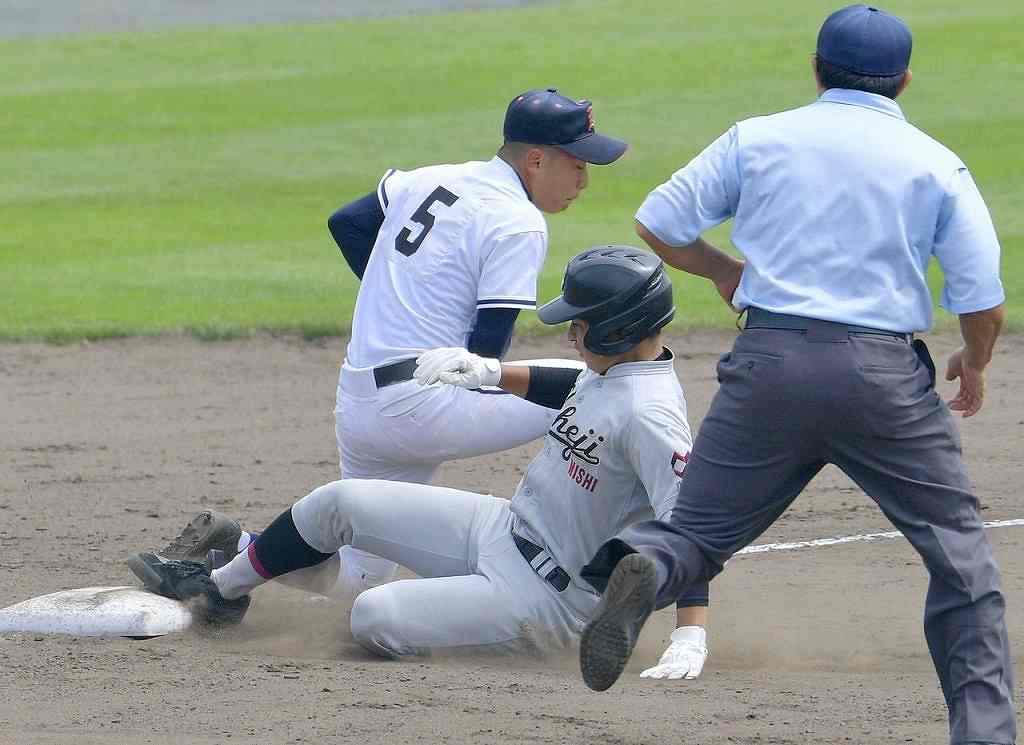 【青森工―八学野西】7回八学野西無死二塁、桧山空良が適時打を放ち6―0とし、三塁へ滑り込む=青森市営