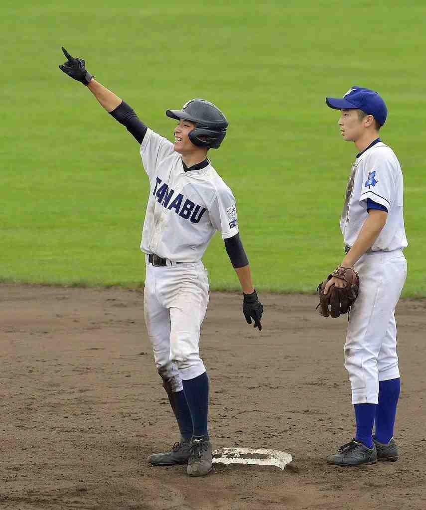 【八戸東―田名部】8回田名部1死二塁、適時打で1点を勝ち越し、二塁ベースで喜ぶ小原大和=青森市営